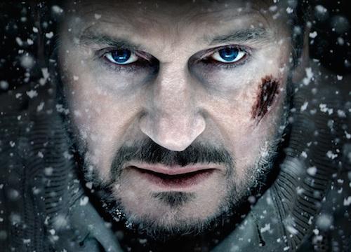 Liam Neeson.. Aynı tip 100 aksiyon filmi art arda gelse de; karizması ve sesi ile bizi hala ekrana çivileyebilir.. Ayrıca bu role hazırlık için; kurutulmuş kurt eti yediği bile söylenir sevgili aktörümüzün!..