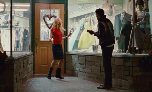 Tom Waits'den adını aldığı Blue Valentine albüm ve şarkısının sözleriyle aynı taddaki bu filmin müziklerinde nefis bir grup; Grizzly Bear var. Kendileriyle henüz tanışmadıysanız çok güzel bir fırsat... Peki Ryan Gosling de size güzel bir şarkı söyleyecek desem?