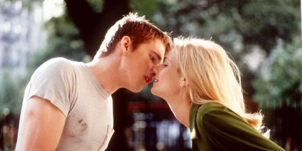 Actors Ethan Hawke (L) and Gwyneth Paltrow (R) kis
